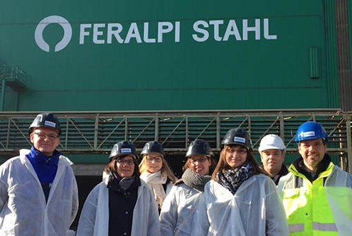 Die Belegschaft von SÜLZLE Stahlpartner Dessau-Rosslau bei den Feralpi-Werken in Riesla