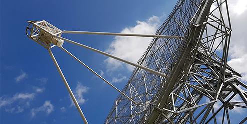 Riesiges Radioteleskop wird in Nançay installiert